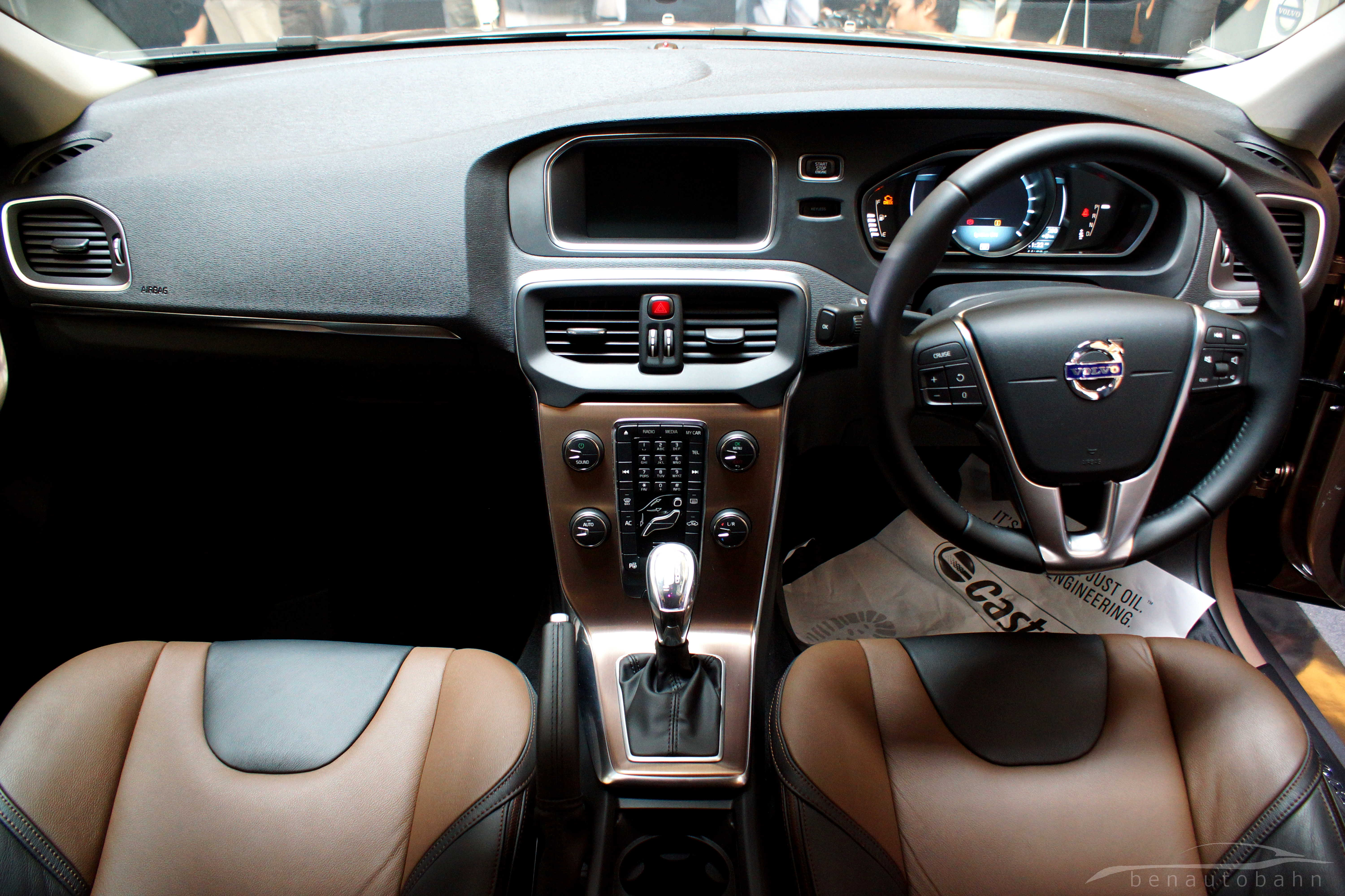 Volvo v40 and v40 cross country launched benautobahn for Interior volvo v40